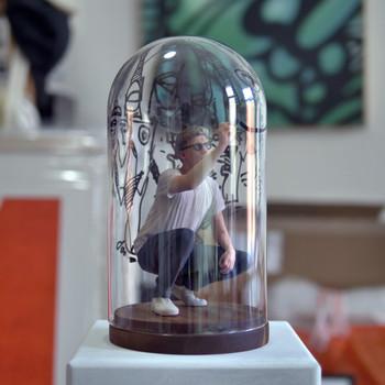 Bubble 2018 3D Miniatur in Glaskuppel mit Holzboden (27 × 14 cm), von innen bemalt (Zeichnung in der Glaskuppel unikat), Auflage 5 Ex.
