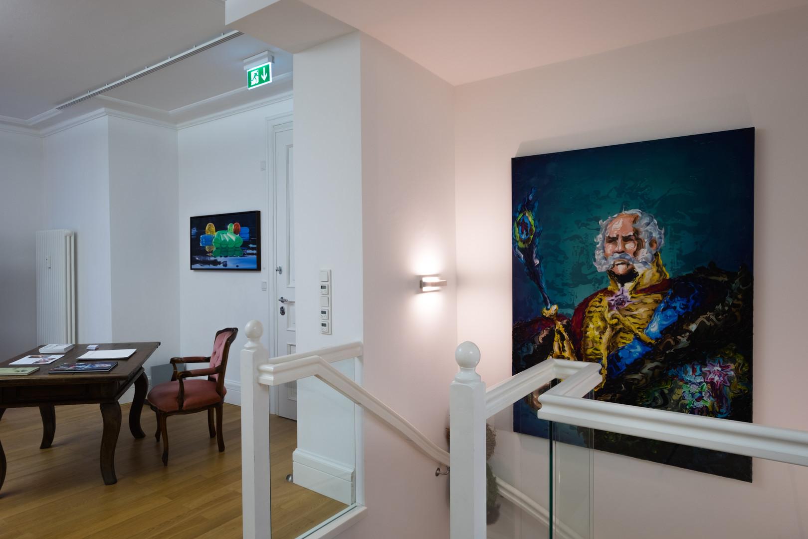 """Ausstellungsansicht """"Szenenwechsel"""": hyperrealistische Malerei von Cameron Rudd und Lennart Grau"""