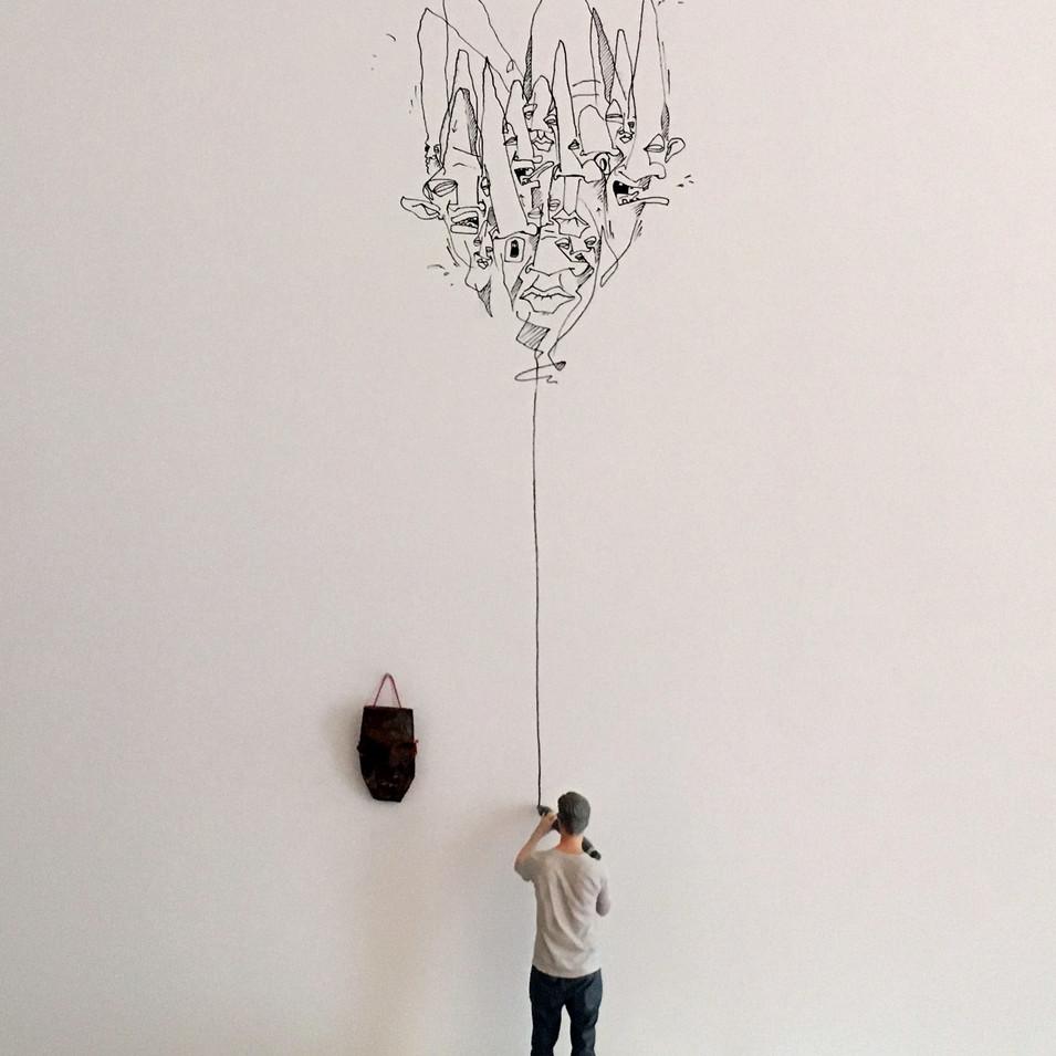 Me so small 2017 individuelle Zeichnung an Wand, 3D-Skulptur, Tonmaske, Sockel