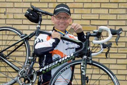 Louis med cykel o medalj web