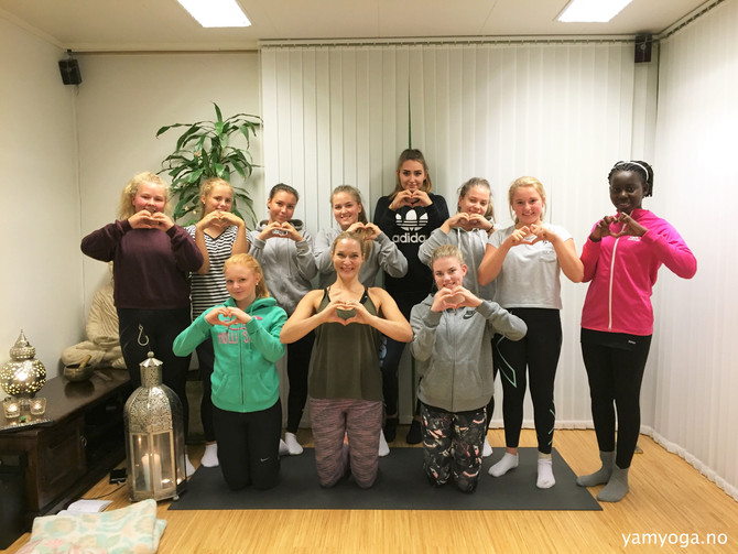 Yoga, lek, latter og teambuilding