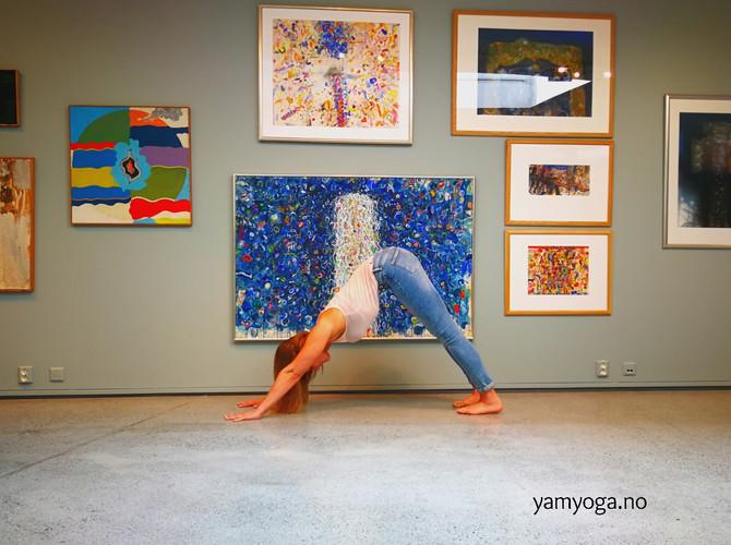 """Yoga i utstillingen """"Vintersolverv"""" av Ørnulf Opdahl"""