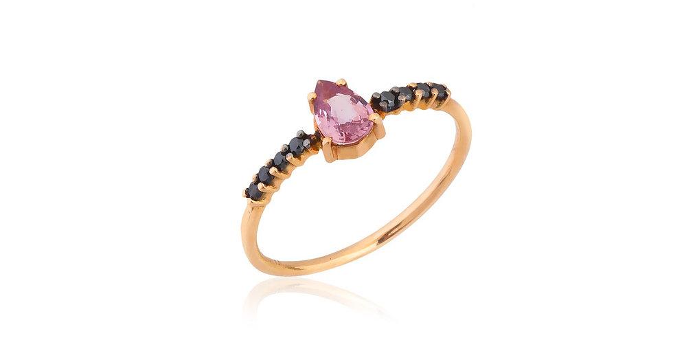Rózsaarany gyűrű fekete gyémántokkal és csepp alakú rózsaszín zafírral