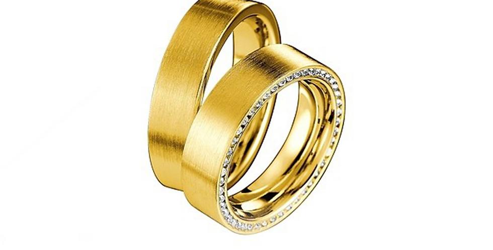 Széles sárgaarany matt karikagyűrű alul gyémántokkal