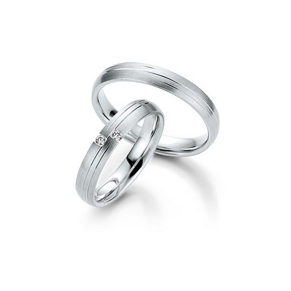 Fehérarany karikagyűrű aszimmetrikus csíkokkal és két gyémánttal