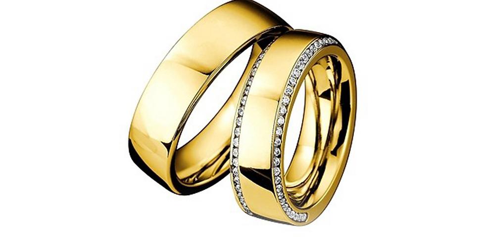 Sárgararany jegygyűrű kér sorban gyémántokkal a női modellnél