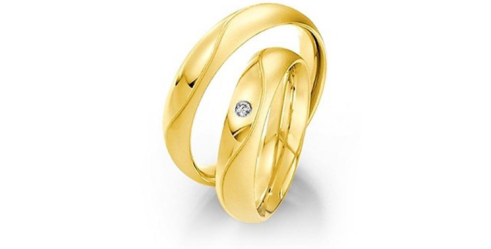 Domború felületű sárgaarany jegygyűrű gyémánttal és vésett mintával