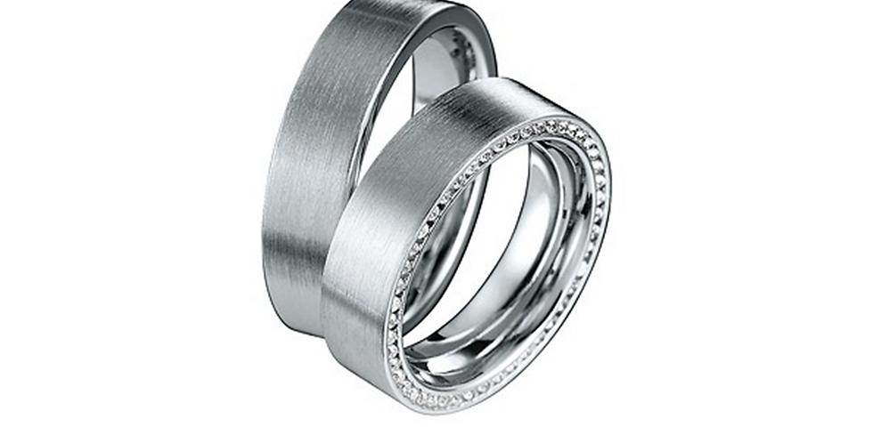 Széles fehérarany matt karikagyűrű alul gyémántokkal