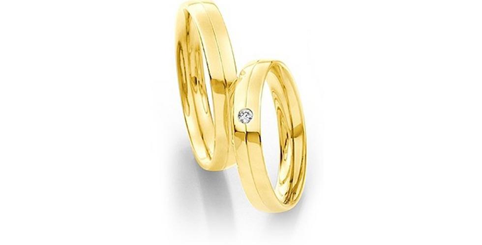 Lekerekített szélű sárgaarany jegygyűrű középen véséssel és gyémánttal