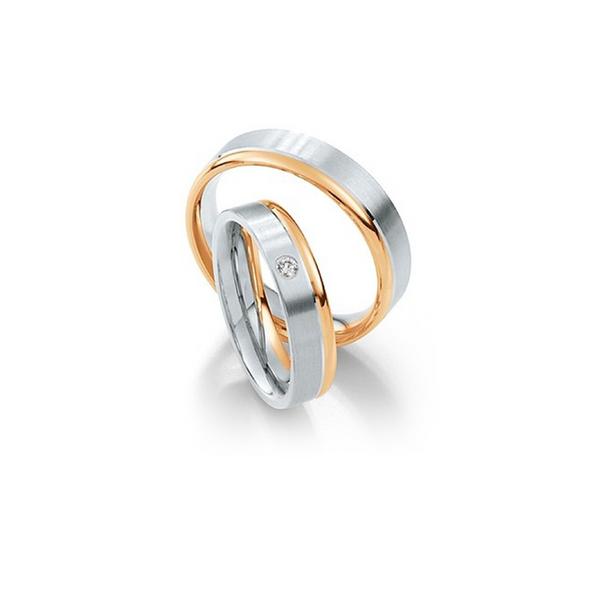 Selyemfényű fehérarany jegygyűrű egy oldalon rozéarany szegéllyel és gyémánttal