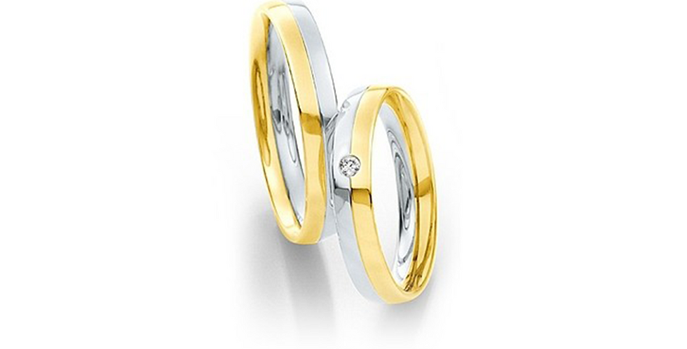 Lekerekített szélű fehér és sárgaarany jegygyűrű középen véséssel és gyémánttal