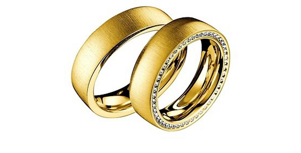 Sárgaarany exkluzív jegygyűrű alul-felül gyémántokkal