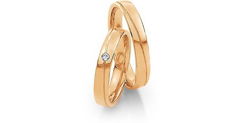 Lekerekített szélű sárgaarany, vésett jegygyűrű gyémánttal