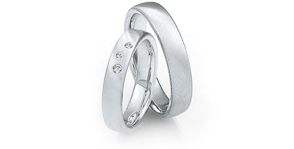 Domború felületű, lekerekített szélű fehérarany karikagyűrű 3 db gyémánttal