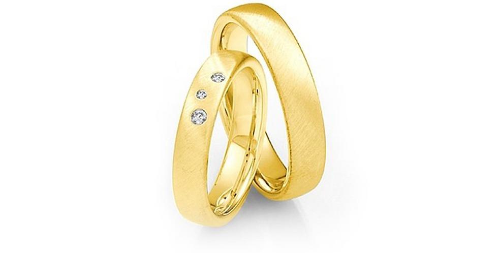 Domború felületű, lekerekített szélű sárgaarany karikagyűrű 3 db gyémánttal