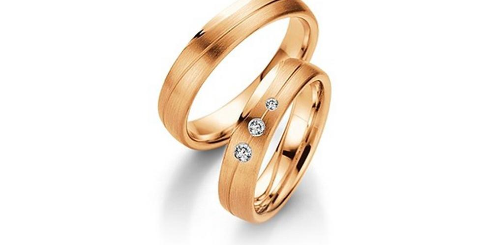 Rozéarany matt jegygyűrűpár középen véséssel, 3db gyémánttal