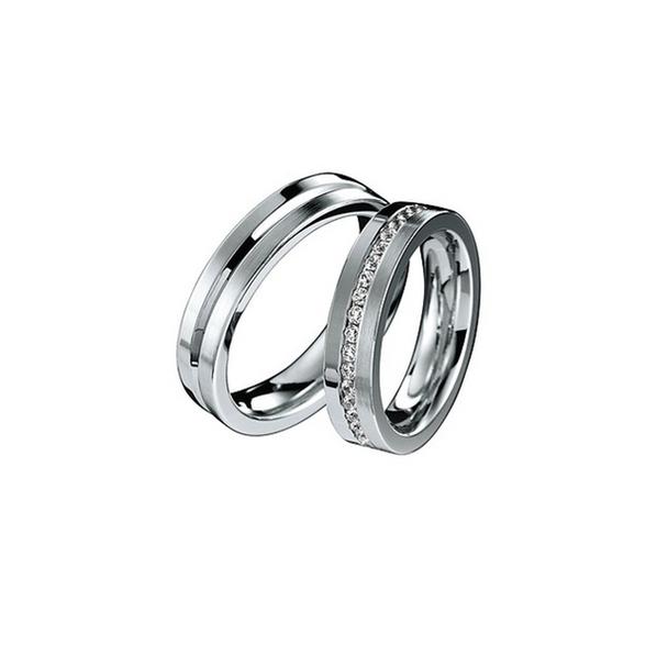 Elegáns fehérarany jegygyűrűpár középen véséssel vagy gyémántokkal