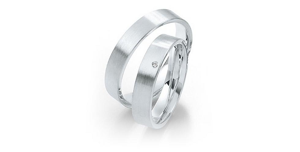 Szögletes élű matt fehérarany karikagyűrű gyémánttal