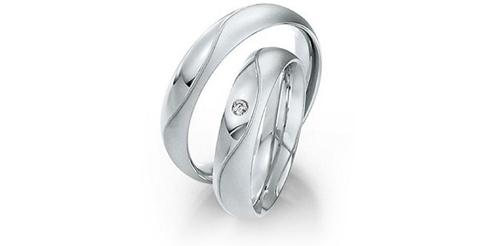 Domború felületű fehérarany jegygyűrű gyémánttal és vésett mintával