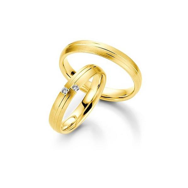 Sárgaarany matt karikagyűrű aszimmetrikus csíkokkal és 2db gyémánttal