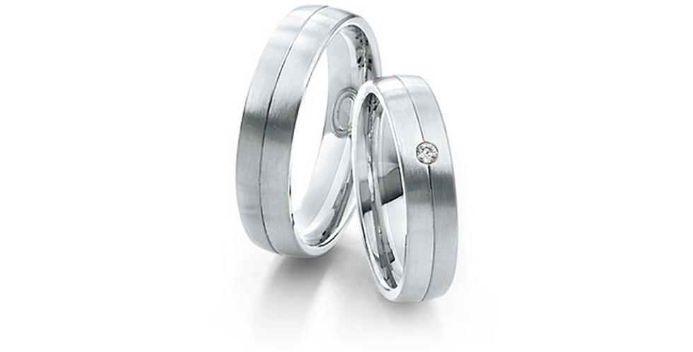 Középen vésett fehérarany jegygyűrű gyémánttal