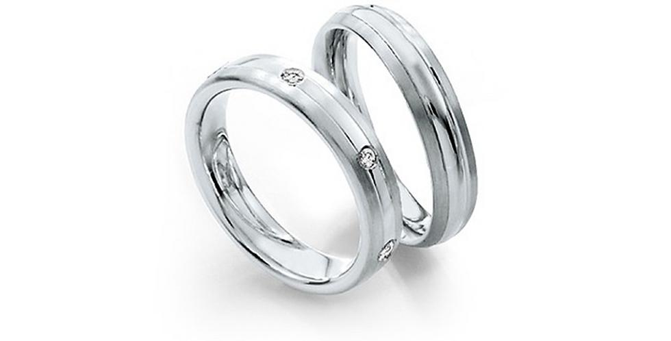 Lekerekített szélű fehérarany jegygyűrűpár két vésett vonallal és 3 gyémánttal