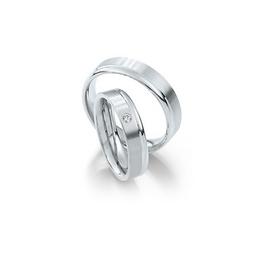 Selyemfényű fehérarany jegygyűrű fényes fehérarany szegéllyel és gyémánttal