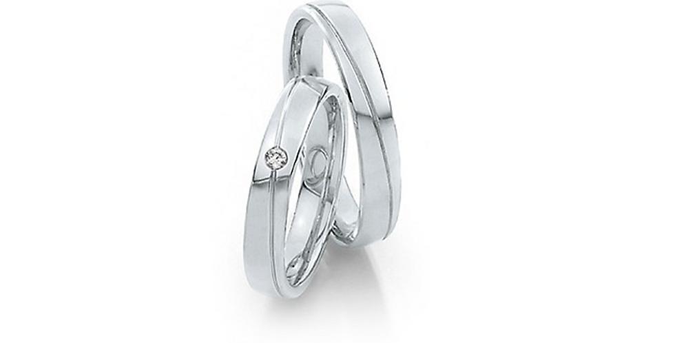 Lekerekített szélű fehérarany jegygyűrű vésve és gyémánttal