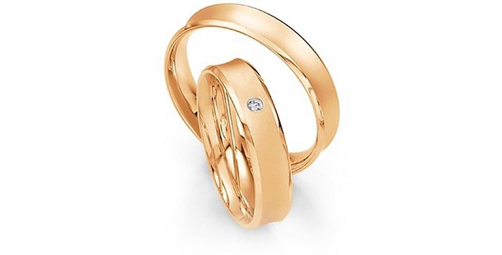 Homorú felületű matt és szélein fényes rozéarany karikagyűrű gyémánttal