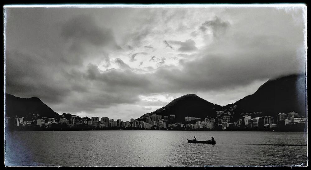 Barque de pêcheur sur le lac Freitas à Rio de Janeiro.
