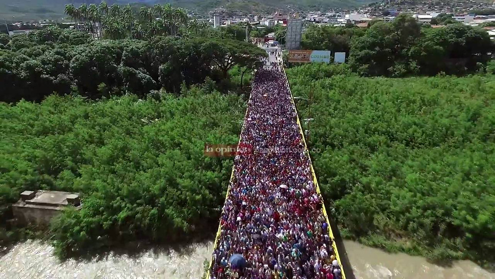 Multitud de venezolanos huyendo de la dictadura criminal impuesta por el Chavismo socialista, la cual tiene el mérito de destruir y arruinar a la naciòn más próspera y rica del continente sudamericano en tan solo 20 años,