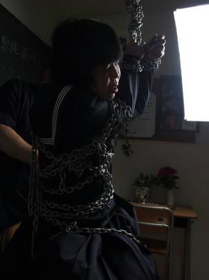 金属の重い鎖での緊縛体験