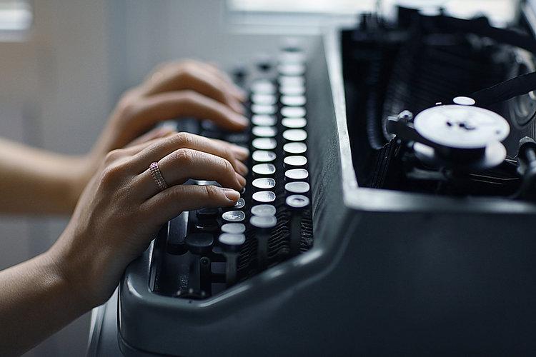 Digitando em uma máquina de escrever