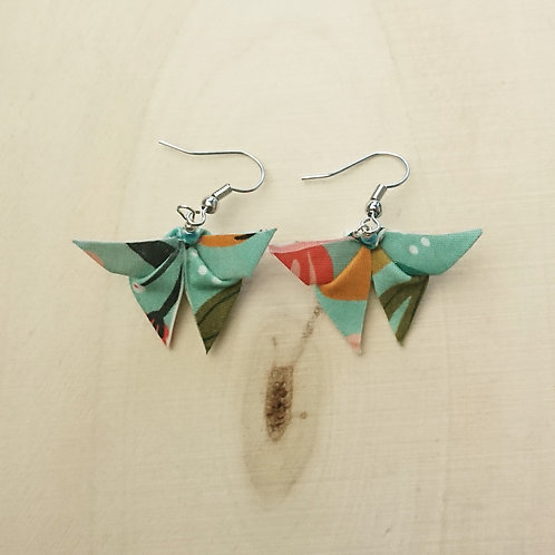 Boucle d'oreille papillon fleurie verte