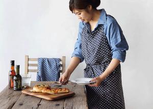 エプロンを身に纏う食卓とパン