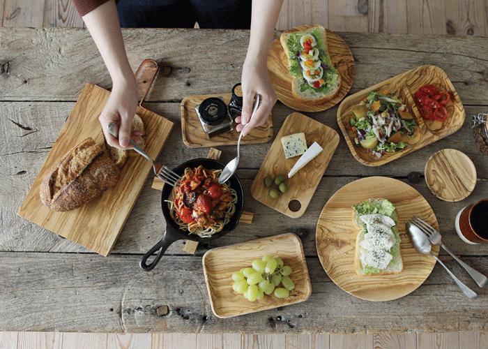 木の食器が並んだ食卓