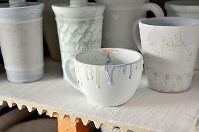 Glasierte und getrocknete Keramik-Rohlinge im Brennofen vor dem Brand.