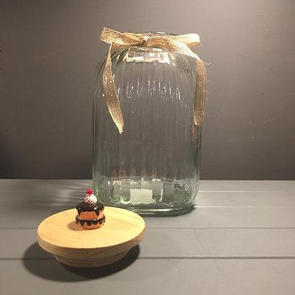 Dikey çizgili ahşap kapaklı cam kavanoz