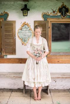 Braut in Tracht mit Brautstrauß