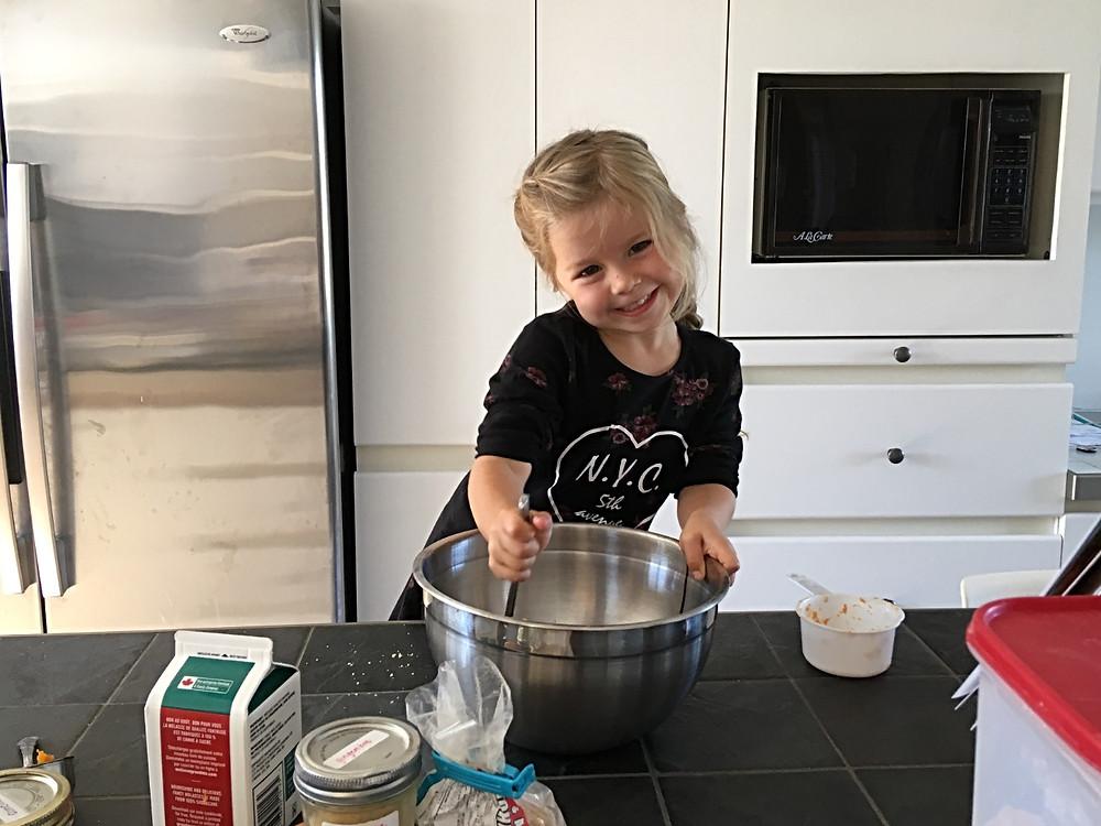Ma fille qui cuisine des galettes