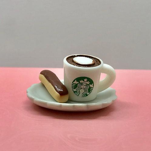 Assiette avec tasse de café et un éclair miniature, patisserie maison de poupée