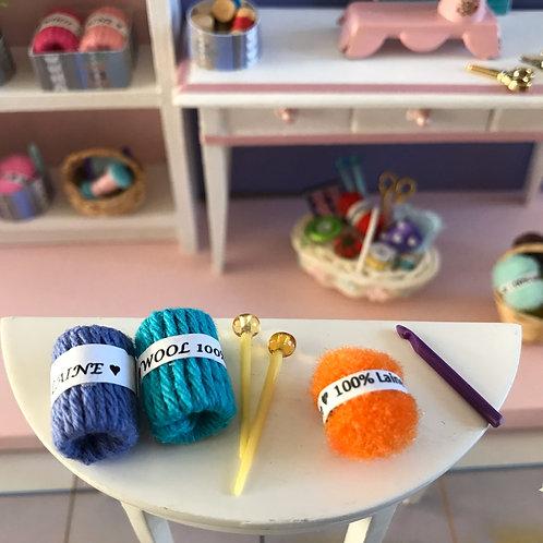 Trois jolies pelotes de laine, aiguilles et crochet à tricoter 1:12