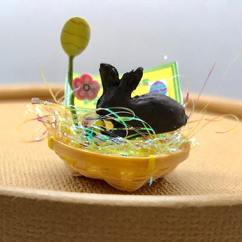Lapin Pâques dans panier miniature pour maison de poupée
