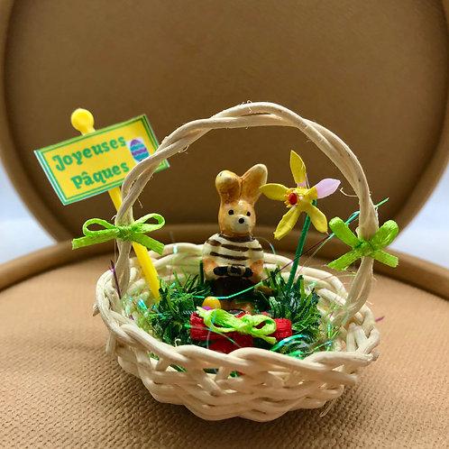 Lapin Pâques dans jardin miniature, maison de poupée, accessoires pâques