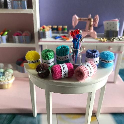 8 pelotes de laine miniature pour décorer vos dioramas, maison de poupée 1:12