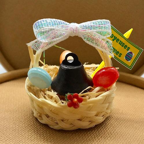 Cloche Pâques dans panier miniature pour maison de poupée.