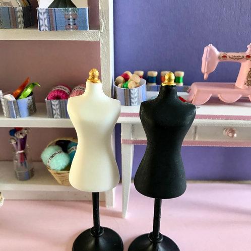 """Superbe Mannequin Couture pour maison de poupée, diorama, scènes de vie """"Mercerie"""", """"Couture"""" 1:12."""