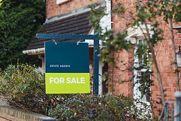 an-estate-agents-for-sale-sign-outside-of-a-house-D9Q9LN2.jpg