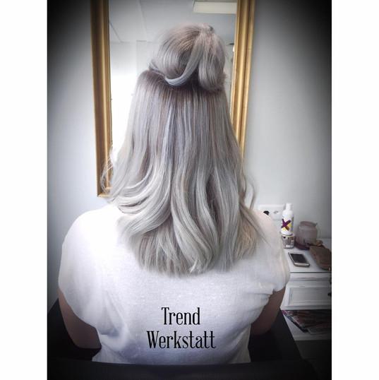 Farbveränderung von Blond zu modischem Granny Style