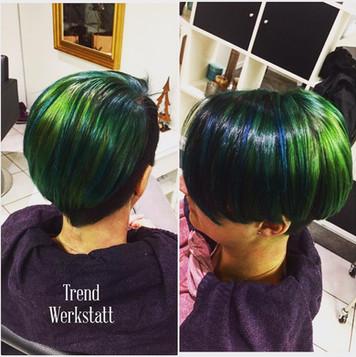 Strähneneffekt in den Modefarben grün und blau